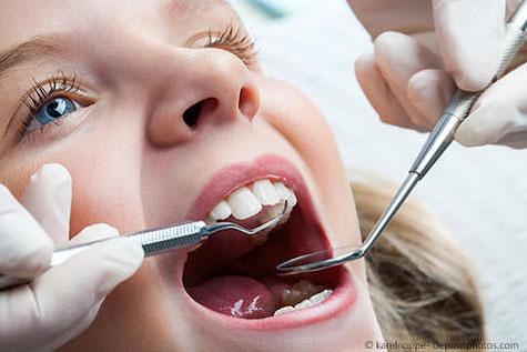 Damit Ihre Kinder mit gesunden Zähnen aufwachsen - regelmässige Prophylaxe