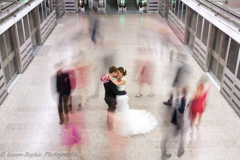 Mariés et témoins dans le métro. Bouquet de mariée original, bouquet tissu et papier, La mariée en fleur. Photo Laure Sophie Photographie