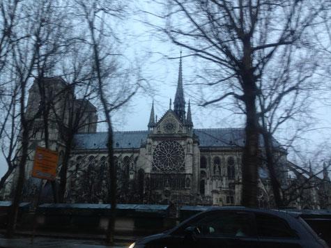 タクシーの中から見たノートルダム大聖堂