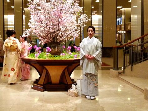 帝国ホテルのロビー 桜をバックに着物の坊守さん