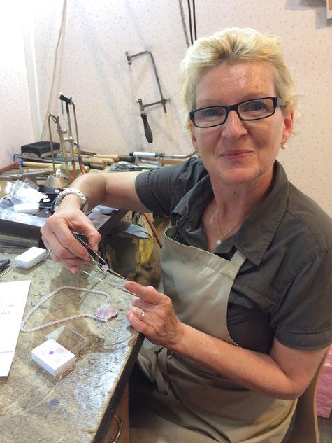 Ricarda Groh ist Goldschmiedemeisterin und fertigt Unikat-Schmuck. Seit dem Jahr 2018 darf sie sich königliche Goldschmiedin nennen: Sie hat den Schmuck für die Wehrheimer Apfelblütenkönigin Celine I. und die Wernborner Rosenkönigin Anja I. gefertigt.