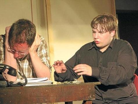 Zwischen Wahn und Wirklichkeit spielt Feuerbach (Claus Becker, r.) dem genervten Regieassistenten (Jörn Knost) die Rollen seines Lebens vor.