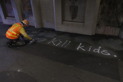 Mittags wurden alte Graffitis genau dort übersprüht wo abends wieder protestiert und plakatiert wurde.