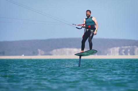 Kitefoiling in der Lagune von Langebaan in Südafrika