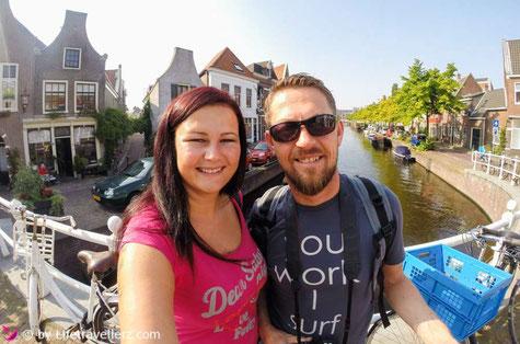 Melanie und Juergen von Lifetravellerz.com in Amsterdam auf einer Brücke