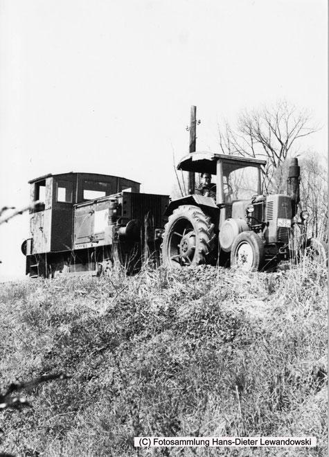 """Die denkwürdige Überführung der Chemmetall Lok 0038 """"Langelsheim"""" mit LANZ-Bulldog auf dem Bahndamm von Börßum nach Hornburg."""