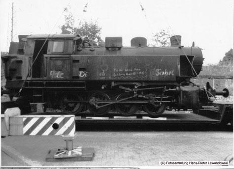 Nur noch wenige Zenti-meter und Lok 37 steht auf den von der Werkstatt des Grubenbahnhofes Reden vorbereiteten, mit Treibradprofil ausge-sparten acht Holzbohlen.