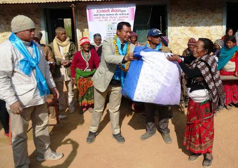 "Prawhakar Maharzan, Dr. Rabindra  (Ulyalo Nepal) überreichen ""blankets"" (Fotos: am)"