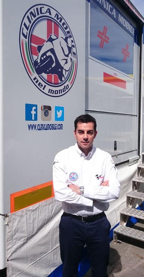 Michele Zasa vor dem Eingang des Clinica Mobile am Sachsenring.