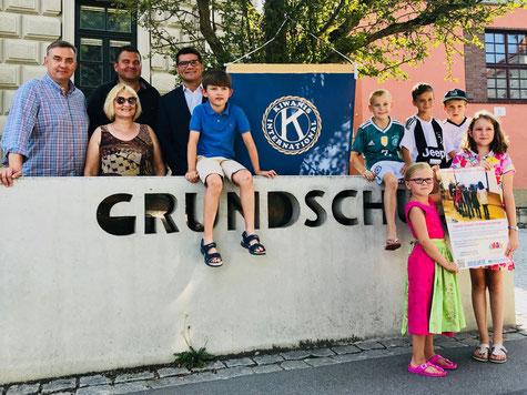 Spendenübergabe mit Kindern der Grundschule St. Peter