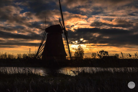 Bild: shadow of a windmill in the morning sun at Kinderdijk, Netherlands; www.2u-pictureworld.de
