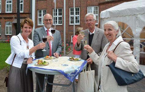 Anja Hansen, Johann Hansen, Karsten Nühs und Brigitte Nühs vom Ortsbeirat des SHMF Schenefeld, trinken ein Schlückchen und essen leckere Canapés.