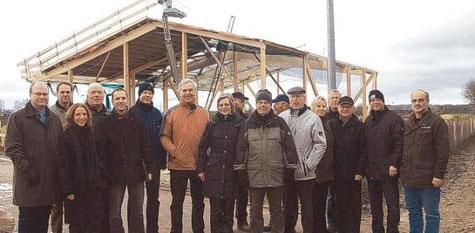 Bürgermeister Hans-Heinrich Barnick (Mitte) mit den Teilnehmern der Abnahme der Erschließungsarbeiten im Gewerbegebiet Süd (Scheeperkoppel)