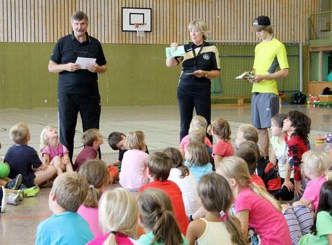 Wolf-Dieter Goebel (li) und Rita Glende  (re) führen die Kinder in den Handballsport ein.
