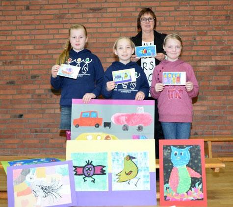 Gemeinsam hoffen Marlies Hauschildt, v.li. Pauline, Helena und Ines auf einen guten Verkauf ihres Grundschulkalenders.