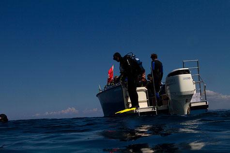 Komfortabler Ein- und Ausstieg am Tauchboot GENTNER Nautic 820 dive
