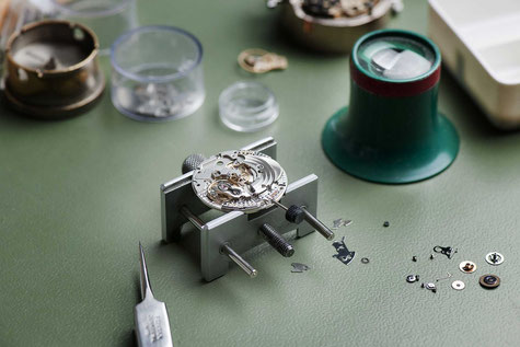 Traditionelles Uhrmacherhandwerk in historischer Altstadt