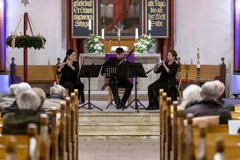 Mit großer Spielfreude gestaltet das Trio Concertini (von links) Wan Cheng (Querflöte), Anton Antonovych (Fagott), Anna Shuliakovska (Oboe), den Kammermusikabend in der Bibliothek Waldmühle in Soltau. Foto: Martin Rink