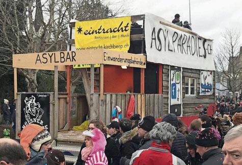 """Der """"Fasnachtswagen"""" der Dietschwiler Hülsnerbuben in Aadorf (Bild: Andri Rostetter)"""