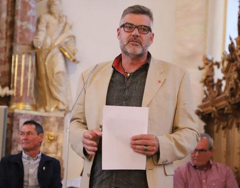 Stefan Diener, Sektionspräsident der SP, stellt den Rückweisungsantrag vor (Bild: Simon Dudle)