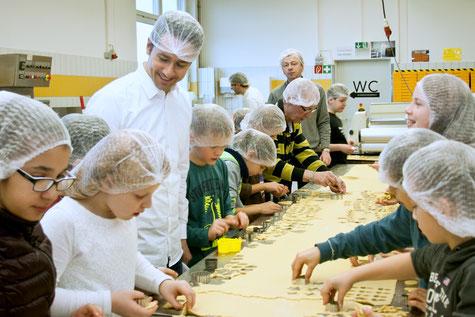 Tobias Exner (3. v.l.) öffnet dieser Tage wieder die Beelitzer Backstube für kleine Zuckerbäcker. Foto: Eva-Andrea Feustel
