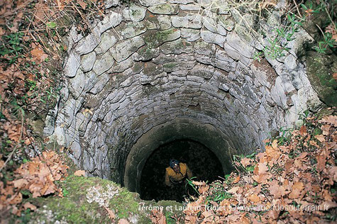 Puits d'extraction dans un souterrain de la Vienne (Photo J. et L. Triolet)