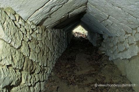 Entrée en bâtière dans un souterrain du Poitou (Photo J. et L. Triolet)