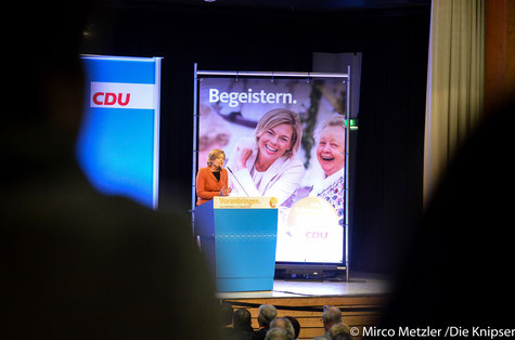 Julia Klöckner spricht vor einer vollen Petersberghalle.