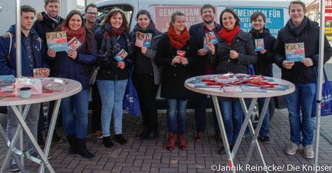 Kathrin Anklam-Trapp mit ihren Helfern und Helferinnen am Infostand.