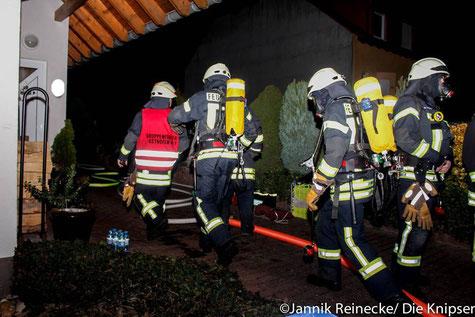 Einsatzkräfte der Feuerwehr Osthofen auf dem Weg zum Brandhaus