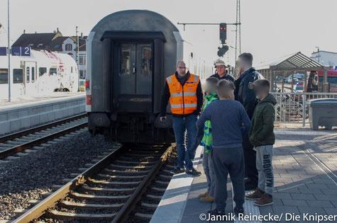 Die Polizei und der DB-Notfallmanager stehen am Bahnsteig an dem der Junge das Gleichgewicht verlor.