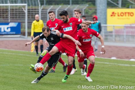 Die Nummer 20 in rot R. Pinheiro Coutinho behauptet sich gegen den Saarbrückener im Zweikampf