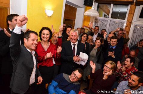 Jens Guth und Katrin Ankam-Trapp (Bildmitte) jubeln über den Erfolg der SPD in Rheinland-Pfalz.