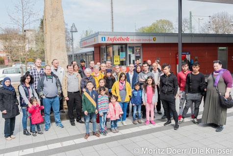 Im Bild sind die Flüchtlinge, Inga May, Bernd Bänfer und Frau Alexandrea Heineckar von der Caritas Worms
