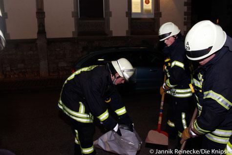 Drei arbeitende Feuerwehrmänner.