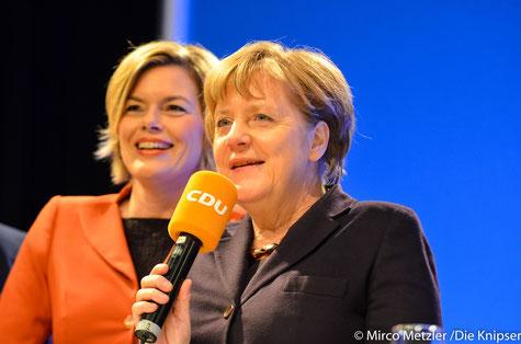 Julia Klöckner und Angela Merkel in Gau-Odernheim in der Petersberghalle.