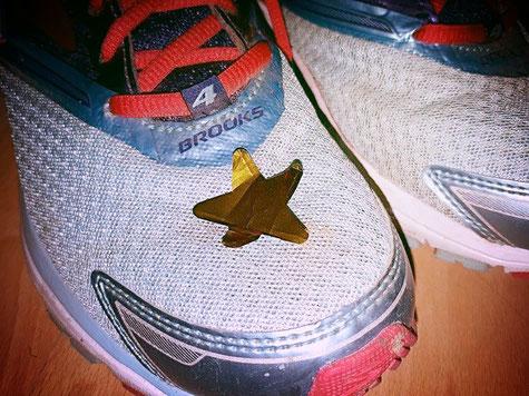Zu Hause bemerke ich, dass sich ein kleiner Stern aus der Konfetti-Kanone unter meinem Schuh bis nach Hause geschmuggelt hat. Ganz schön zäh der kleine Kerl.
