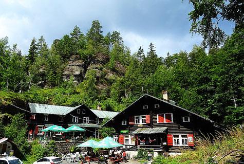 Die beiden historischen Blockhäuser im Nationalpark Böhmische Schweiz, Na Tokani / Balzhütten, sind im Jahre 2020 abgebrannt.
