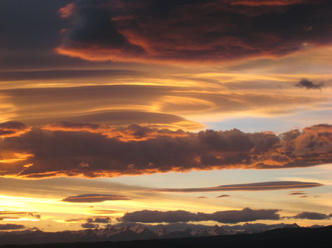 Abendliche Wolkenstimmung und eine schneebedeckte Bergkette in Neuseeland