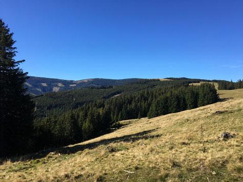 Wolken, blauer Himmel und grenzeknose Weite, Prigglitz im südlichen Niederösterreich