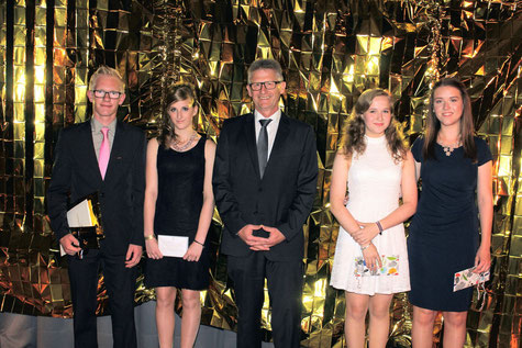 Die Klassenbesten wurden ausgezeichnet: (v.l.) Philemon Knoche (10R2), Jana Scheuer (9H), Schulleiter Heiko Bickel, Sarina Göbel und Mia-Sofie Hain  (10R1).