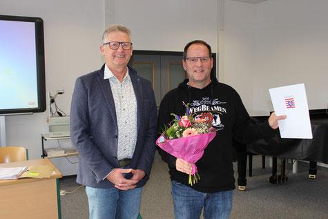 Lehrer Dierk Mankel wird für sein 25-jähriges Dienstjubiläum geehrt.