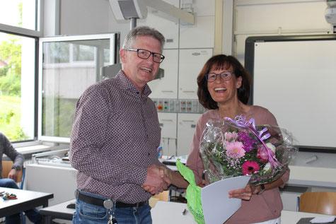 Silvia Schwarz-Meier wird von Schulleiter Heiko Bickel für ihr 25jähriges Dienstjubiläum geehrt.