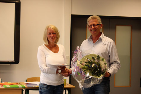 Barbara Rothe wird von Schulleiter Heiko Bickel für ihr 25jähriges Dienstjubiläum geehrt.