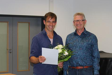 25 Jahre im Schuldienst - Konrektor Markus Sahm (li) erhält die Jubiläumsurkunde aus den Händen unseres Schulleiters Heiko Bickel..