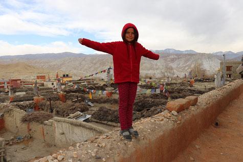 Kind auf Dachterrasse