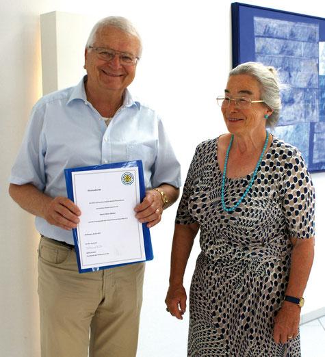 Ehre wem Ehre gebührt:  Die neue erste Vorsitzende Waltraud Bühl  überreichte ihrem Vorgänger Heinz Weber  die Urkunde zur Ernennung zum Ehrenvorsitzenden  des Kreisseniorenrats Rems-Murr.