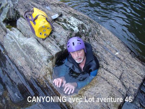Sortie sportive en canyoning,descente de canyon,cascades,nage en eaux vives,descentes en rappel,saut,toboggans,avec combinaison néoprène,harnais,casque,sur le Lot et Tarn et Garonne en Midi-Pyrénées. Activités de pleine nature extrêmes.Touristic vallées.