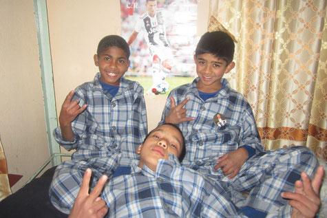 Jungs in Schlafanzügen