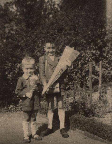 Erster Schultag in Halle/Saale. Mein jüngerer Bruder ebenfalls mit kleiner Tüte, 'damit sein Herz nicht blutete'.